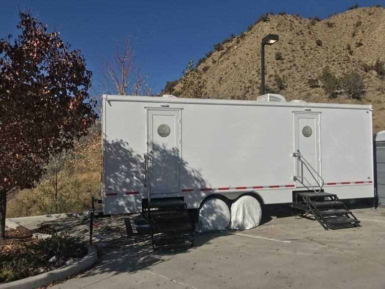 10 Place Restroom Trailer thumbnail